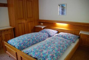 Ein Schlafzimmer im Apartment, Stachlerhof, Anna Steiner, Ferien auf dem Bauernhof | Foto: Anna Steiner